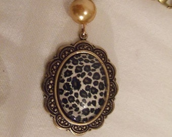 Cabochon resin leopard, gold Pearl Necklace