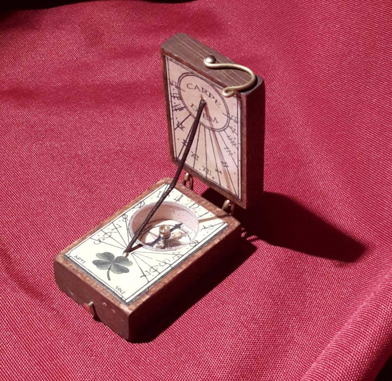 Orologio Con Pannello Solare : Orologio solare con bussola da tavolo e di meridianeartesole