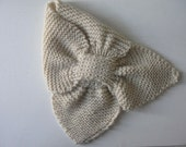 Baby keyhole scarf in cream wool