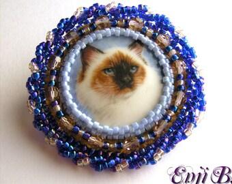 Broche chat sacré de Birmanie, broderie de perles, cabochon de porcelaine, bleu, bijou de créateur EnjiB, bijou chat