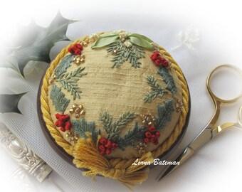 PP3 Holly and Mistletoe Gold Jewel pincushion kit