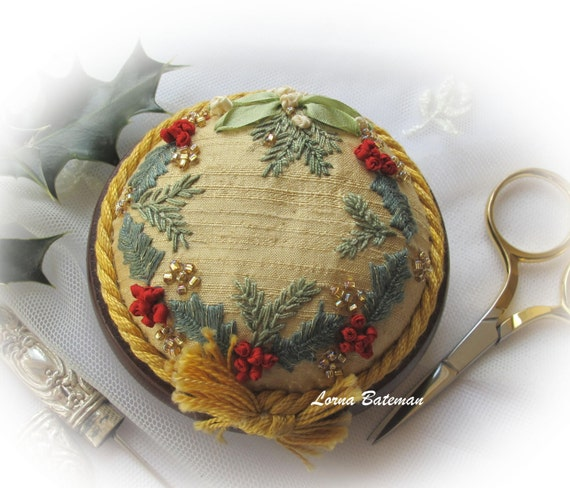 PP3 Holly and Mistletoe Gold Jewel pincushion kit