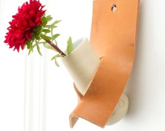 DO a one flower vase to tone your wall