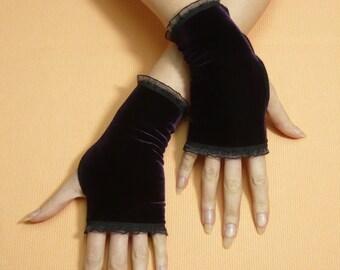 Dark Purple Velvet Gloves with Organza Trim, Short Armwarmers Gothic Neo Victorian Armstulpen, Dusty Vampire Noir Mittens Aristocrat