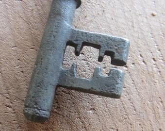 Vintage Skeeton Key w Unusual Teeth