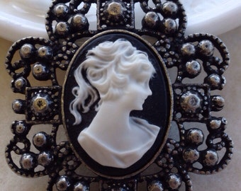 Cameo Pearl Necklace
