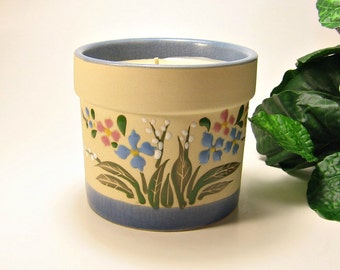 Sandalwood scented raised flower crock candle ivory