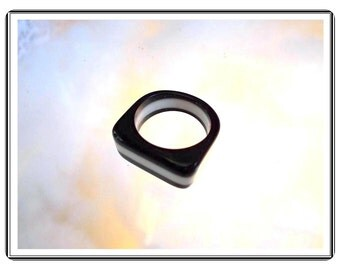 Black & White Plastic Ring - Vintage Stylish  Always Right   Size 6 1/2  R3288a-090314007