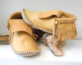 Short Moccasins With Fringe, Traditional Native American Plains Style, Made to Order, Handmade, Handsewn, Powwow, Earthing Shoes, Natural