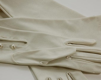 1960'S Long champagne white opera gloves with buttons at wrist.