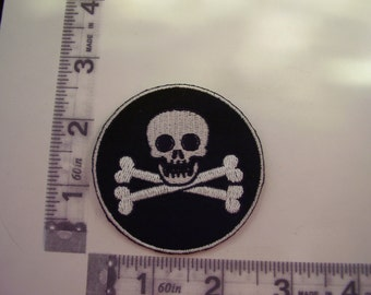 Skull in circle patch -black and white