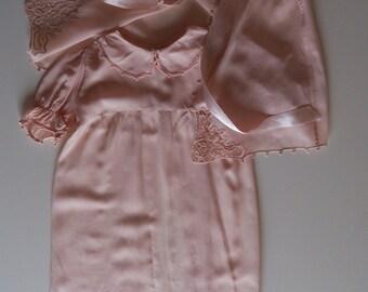 Vestitino per battesimo di seta rosa con eleganti ricami anni '40 forse anni '10