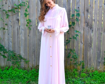 Victorian Ruffled Lace Peignoir Vintage 1960s Texsheen Pale Pink Negligee Set Mother of Pearl Buttons Floor Length Robe & Night Gown Size M