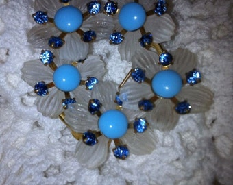 Vintage brooch pin  flower design with blue & white tiny flowers