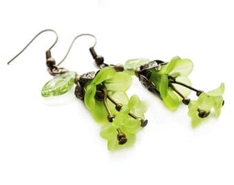 ROMANTIC STYLE Lucite flowers - bright green dangle earrings, acrylic floral earrings - gift for her, vintage style