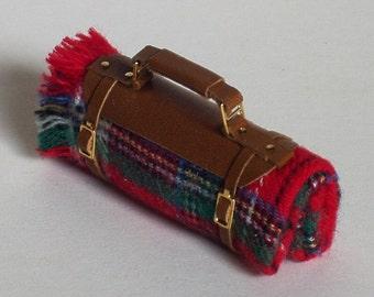 Porta plaid per caccia, pesca,pic-nic, passeggiate, in pelle e tessuto, fatto a mano, scala 1/12