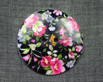 Mother of pearl button with flower pattern
