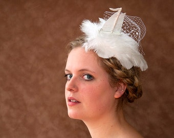 Bridal Fascinator Hat offwhite. Little Ship Feather Waves