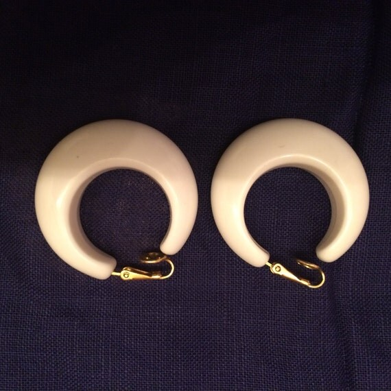 white plastic hoop earrings vintage trifari plastic hoop clip on earrings 1970 s 836