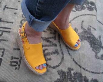 Vintage Gold summer sandals 70s open toe shoes Jute wedge 70s Yellow sandals vintage jute wedge sandals 70s gold Slingbacks  7