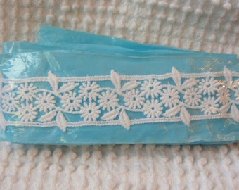 Vintage Applique Venise Trim - Small white flowers with leaves and borders - 2 beautiful yards