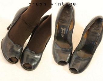 40s Shoes Peep Toe 7.5 / 1940s Vintage Black Shoes / La Chèvrerie Pumps