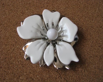 Summer Magic white vintage flower pin brooch with silver accents by Sarah Coventry