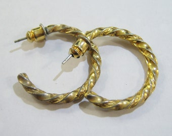 vintage small gold tone hoop loop pierced earrings 814A