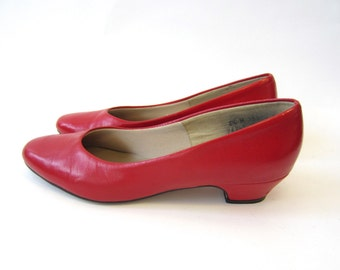 vintage red pumps, red high heels, kitten heel, closed toe, red shoes, size 8 1/2 M, 8 and a half