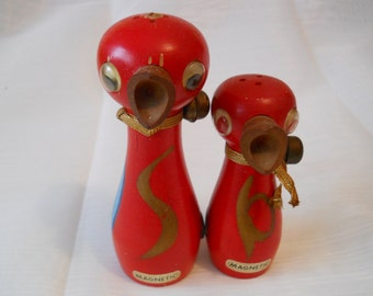 Wooden Magnetic Bird Salt and Pepper Shakers - Vintage, Collectible, Kitchen Serving