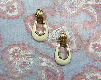 Vintage NAPIER Ivory Enamel Teardrop Screwback Earrings - V-EAR-611 - Ivory Enamel Earrings - Beige Earrings - Enamel Screw Back Earrings