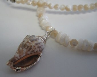 Shell and mother-of-pearl necklace.