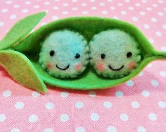 Felt Two Peas in a Pod Key Chain - Felt Pea Pod - Felt Vegetable - Pea Pod Key Chain - Felt Key Chain - Kawaii Peas in a Pod