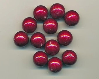 Eight dazzling vintage lucite beads - bright red with glitter - 18 mm