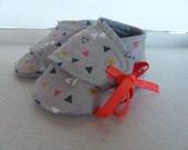 baby shoes 0/3 months in grey cotton with white, orange and pink flowers and grey jersey