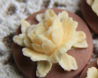 12 Pcs of Resin flower cabochon 18mm-RC0135-17-ivory on coffee