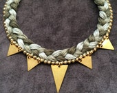 Collier chaine et triangles en laiton brut doré, coton tressé