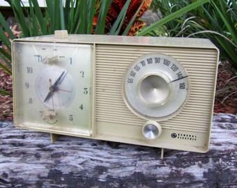 Vintage  General Electric GE solid state clock / radio / alarm model 506-B