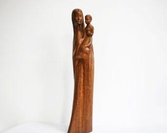 """Vierge et l'enfant 25"""" sculpture en Français, des années 1960 signé sculpté statue en bois, la Vierge Marie et Jésus, statue religieuse Français vintage"""