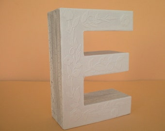 Personalized 3D-Buchstabe in white / initial / Monogram Letter E