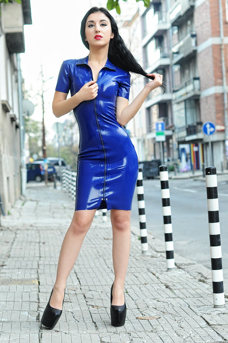 Latex Kleid mit durchgehendem Reißverschluss vorne. Kurze