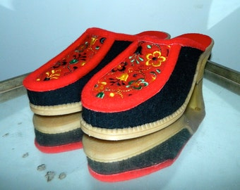 vintage 1960s wool felt clogs / floral embroidery / heels / slippers EU 37 / US 6 - 7