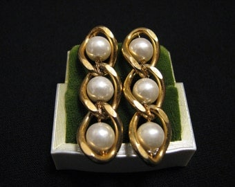 Vintage Gold Tone White Faux Glass Pearl Beaded Curb Chain Dangle Pierced Earrings