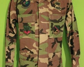 Vintage 90s 80s Mens Military Army Jacket Shirt Large Clothing Camouflage 90s Embroidered Patches Grunge Camo Jacket Size SM Hipster