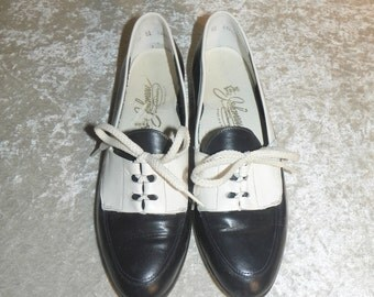 Shoes Navy & White Spectators Leather No Heel Lace Up Johansenettes 1980's Size 8-1/2 AA