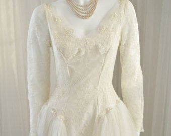 Vintage 1950 Wedding Dress/Bridal gown in Chantilly Lace and Soft Netting