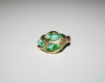 Size 6 adjustable Vintage gold simulated ring with emerald infused with white stone center  FREE US SHIPPING