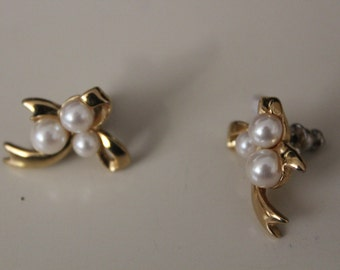 Vintage earrings, pearl and gold tone.