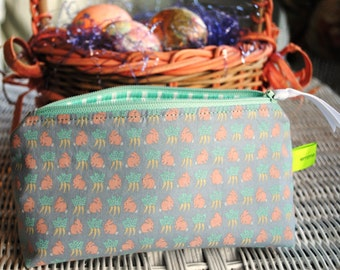 Bunnies and carrots cosmetic toiletries makeup snack bag crayon holder vintage 80s fabric Lynn Hollyn