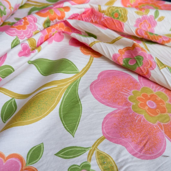 15 yards! Vintage Mod Fabric from House'n Home Groovy Pink Flowers Print